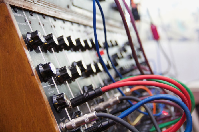 Modular Synth - wires and knobs